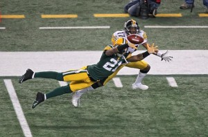 packers-cornerback-charles-woodson-defends-steelers-mike-wallace-in-super-bowl-45-