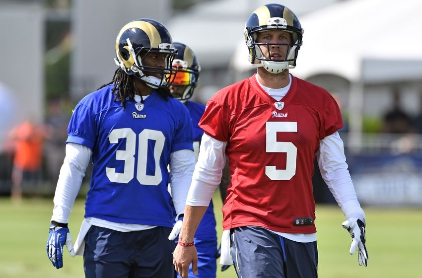nick-foles-todd-gurley-nfl-st.-louis-rams-training-camp-850x560