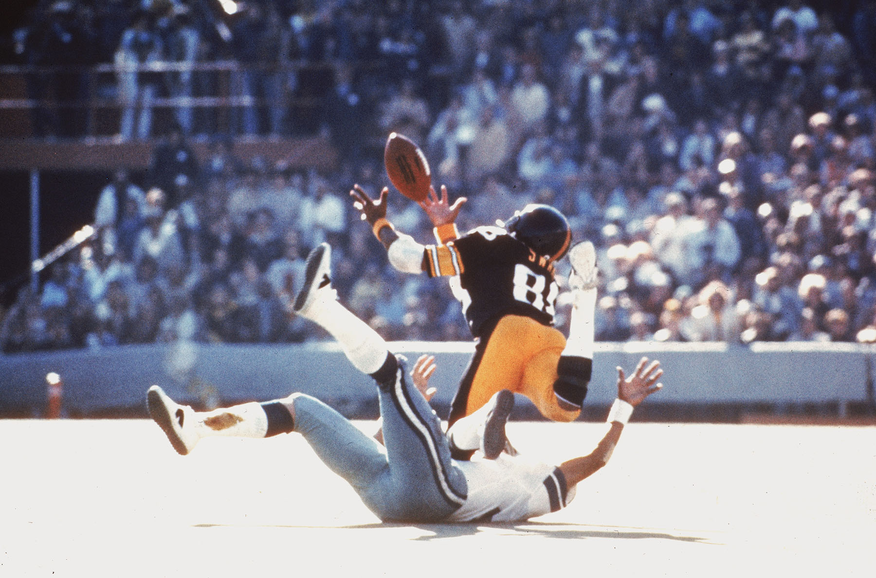Pittsburgh Steelers Lynn Swann dives as he catches a pass from quarterback Terry Bradshaw during Super Bowl X in Miami, Fla., on Sunday, Jan. 18, 1976. (AP Photo)